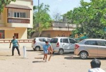 .hmedabad-news/other/neighbors-oppose-and-prevent-society-children-to-play-cricket-so-teens-called-child-help-line-and-won-back-los